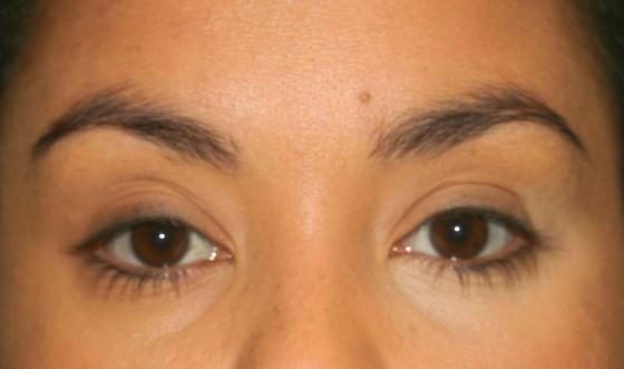 corretivo amarelo da Lancôme no olho direito - Fê Guedes
