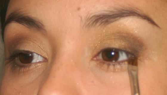 Com um pincel chanfrado e molhado, passe a sombra cobre usada no canto externo dos olhos bem rente aos cílios de baixo. - SOMBRA REFLET DE CUIVRE 11 – LANCÔME