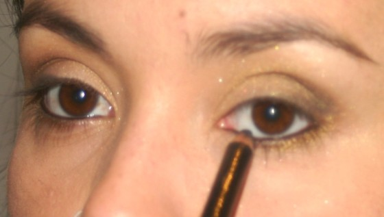 Passe um lápis preto dentro do contorno interno dos olhos, em baixo e em cima. – LÁPIS LE CRAYON KHÔL – LANCÔME