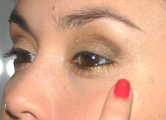 Com um pouquinho da sombra dourada usada na pálpebra inteira, passe com o dedo mesmo na maça do rosto. Só pra dar um brilho. - SOMBRA EM PÓ DOURADA – CONTÉM 1g.