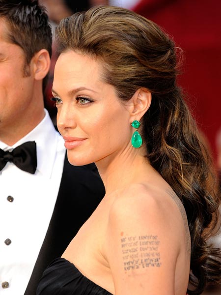 Angelina Jolie destacó su vestido negro con unos pendientes verdes